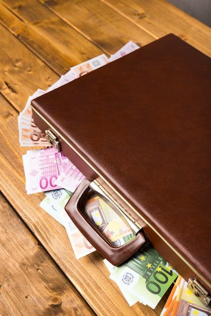 Hölzerner koffer der nahaufnahme mit geld nach innen Kostenlose Fotos