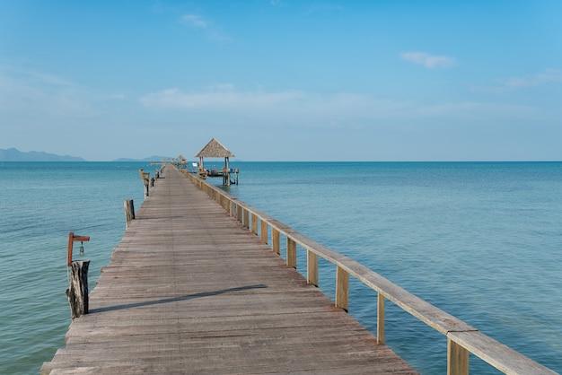 Hölzerner pier mit boot in phuket, thailand. sommer-, reise-, ferien- und feiertagskonzept. Premium Fotos