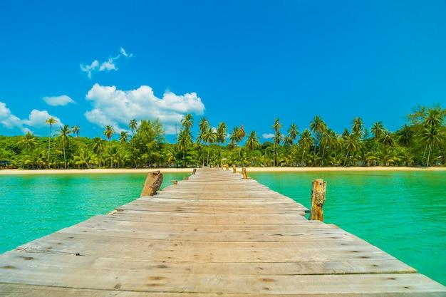 Hölzerner pier oder brücke mit tropischem strand und meer in der paradiesinsel Kostenlose Fotos