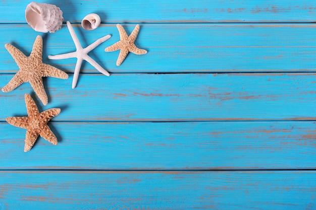 Hölzerner plattformhintergrund einiger alter verwitterter blauer strand des starfish Premium Fotos