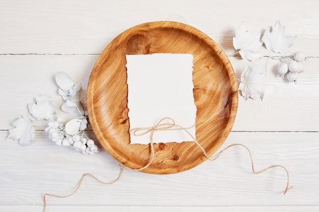 Hölzerner platz mit weißem blatt papier. Premium Fotos