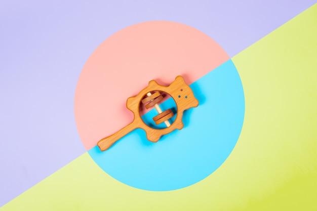 Hölzerner rasselbär der buche auf einem lokalisierten mehrfarbigen vibrierenden geometrischen hintergrund. Premium Fotos