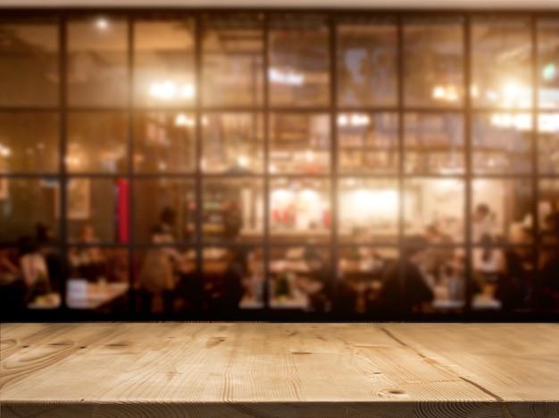 Hölzerner tischplattenzähler mit nachtcafévereinhintergrund Premium Fotos