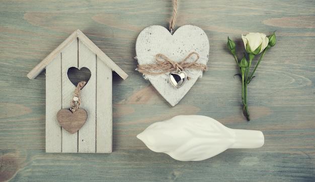 Hölzerner vogelkäfig, vogel, rose, herz. Premium Fotos