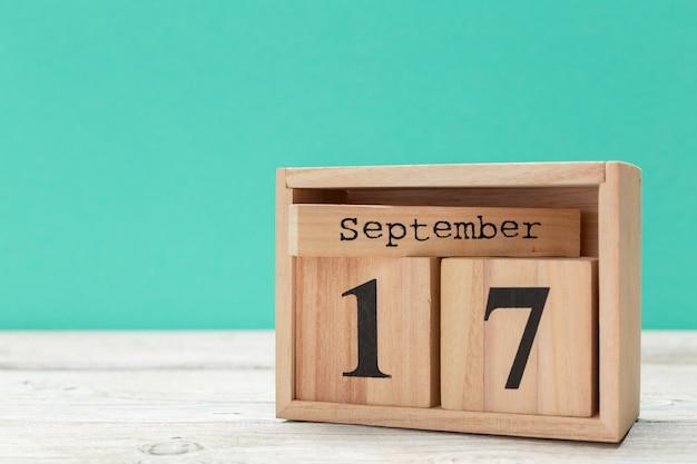 Hölzerner würfelformkalender für den 17. september auf hölzerner tischplatte Premium Fotos