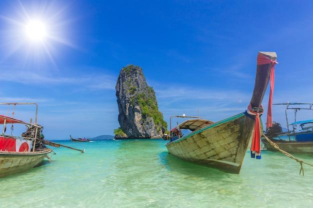 Hölzernes boot für touristen in thailand-seereisen phiphi-krabi insel phiphi im sommersaisonkonzept Premium Fotos