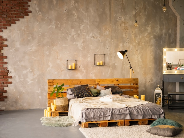 Hölzernes doppelbett im eleganten schlafzimmerinnenraum mit silberner malerei Premium Fotos