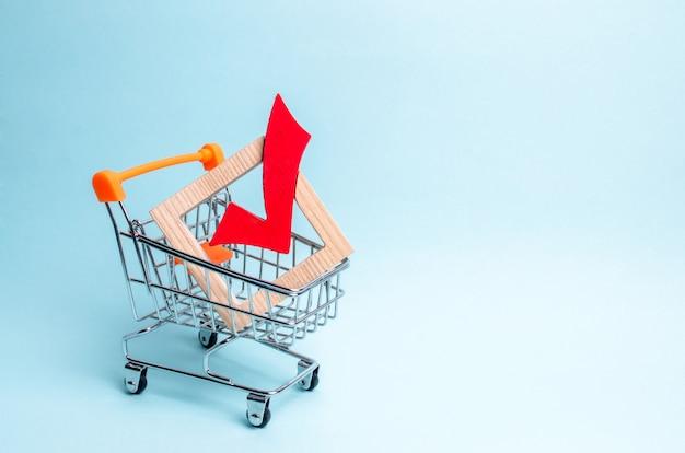 Hölzernes häkchen für die abstimmung über wahlen in einem supermarktwagen. interessenvertretung Premium Fotos