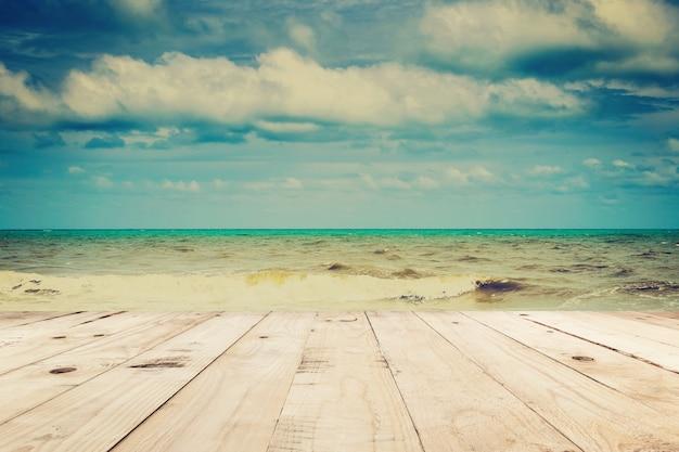 Hölzernes tabellen- und strandmeer und -wolken im sommer mit weinleseton. Premium Fotos