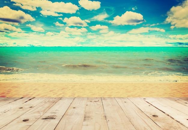 Hölzernes tabellensand-strandmeer und in den himmelwolken mit weinleseton. Premium Fotos