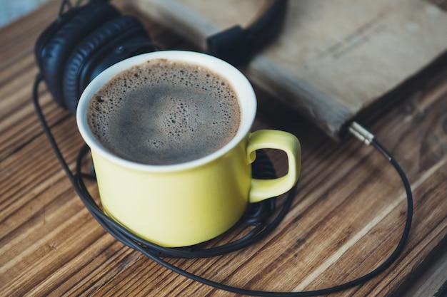 Hörbuchkonzept und eine tasse kaffee Premium Fotos