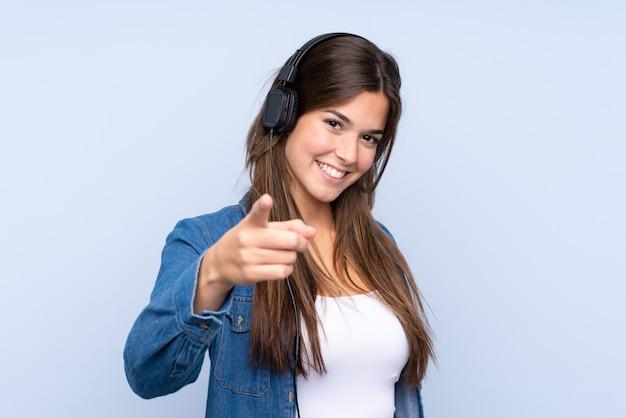 Hörende musik des jugendlichmädchens Premium Fotos