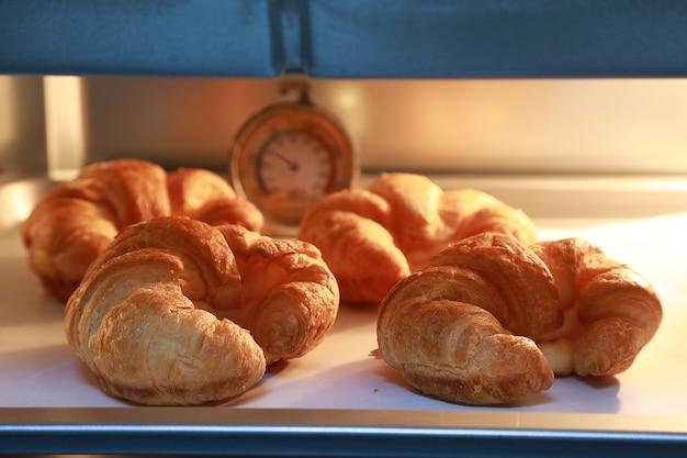 Hörnchenkäse im ofen mit warmen lichtern des ofenhintergrundes. Premium Fotos