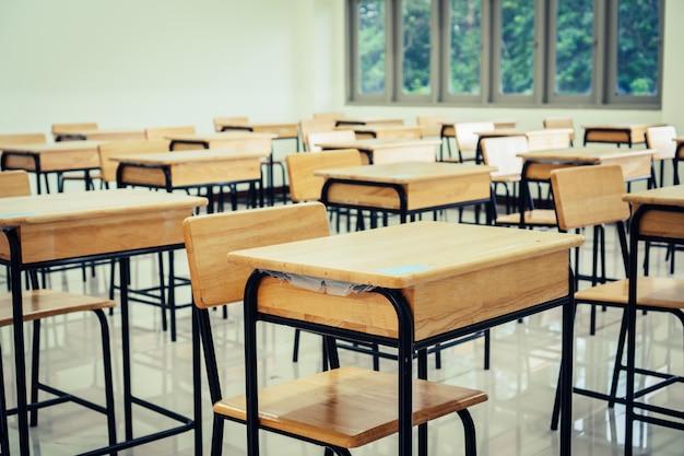 Hörsaal oder schulleeres klassenzimmer mit schreibtischstuhl-eisenholz für das studieren von lektionen in der highschool Premium Fotos