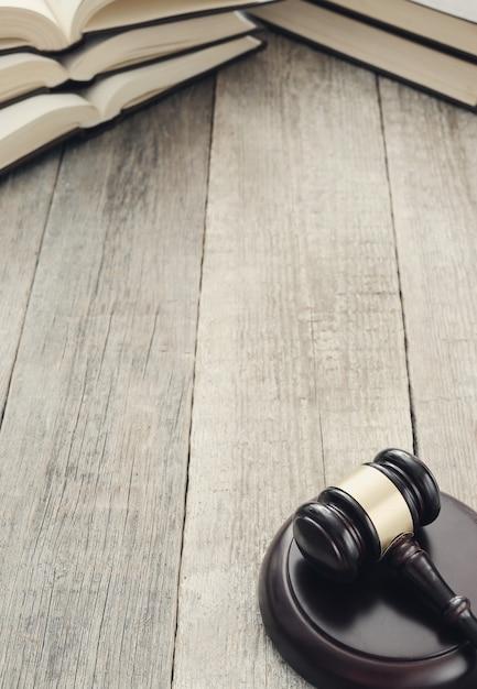 Hofhammer und bücher. urteils- und rechtskonzept Kostenlose Fotos