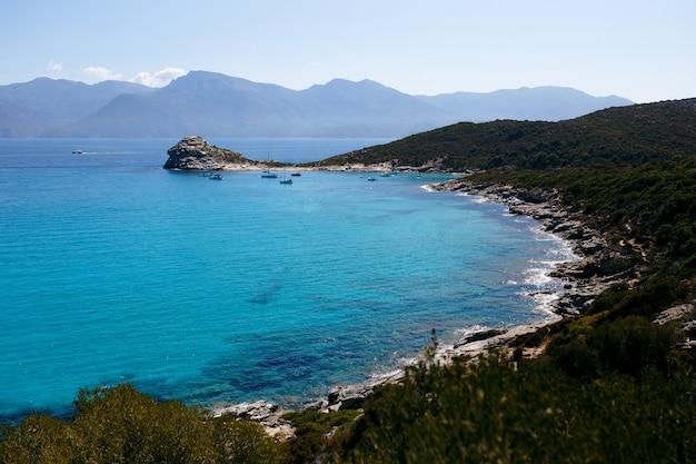 Hohe ansicht der erstaunlichen natur der insel korsika, frankreich, berge, türkisfarbener seestückhintergrund. Premium Fotos