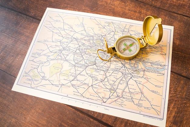 Hohe ansicht der kompass- und england-karte Kostenlose Fotos