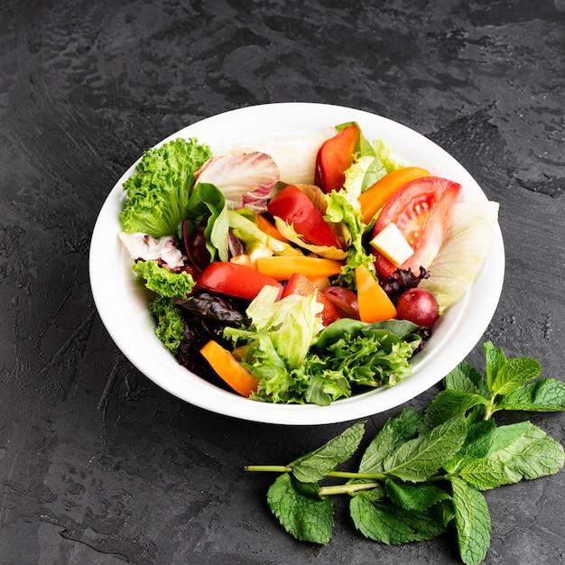 Hohe ansicht der schüssel mit salat Kostenlose Fotos