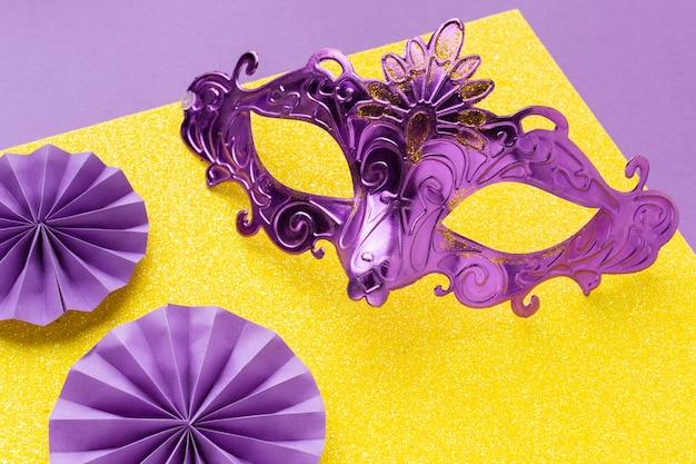 Hohe ansicht schöne elegante violette maske Premium Fotos