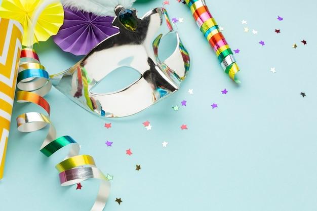 Hohe ansicht silberne maske mit konfetti Premium Fotos
