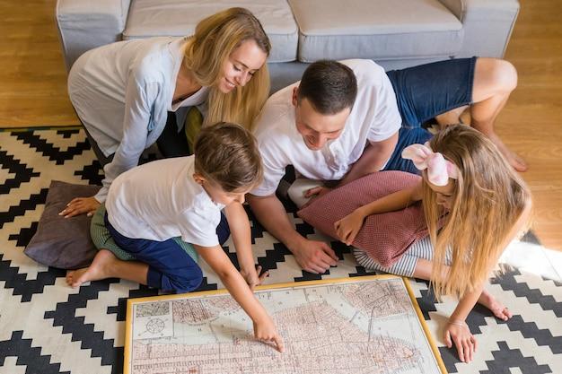 Hohe ansichtfamilie, die eine blaupause betrachtet Kostenlose Fotos