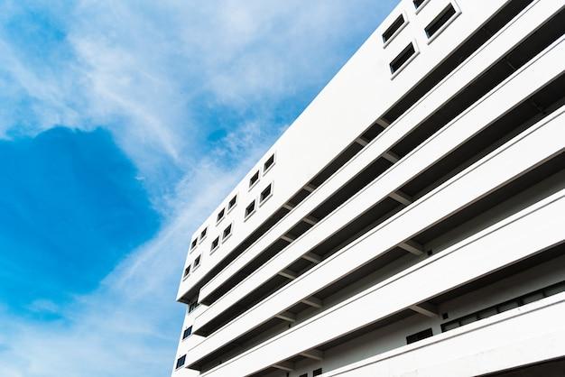 Hohe bibliothek im college mit blauem klarem himmel und bewölktem. landschafts- und gebäudekonzept. Premium Fotos