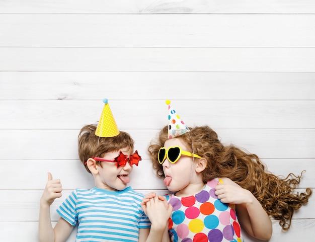 Hohe draufsicht mit glücklichen kindern auf karnevalsparty. Premium Fotos