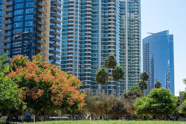 Hohe mehrfamilienhäuser mit modernem design Kostenlose Fotos