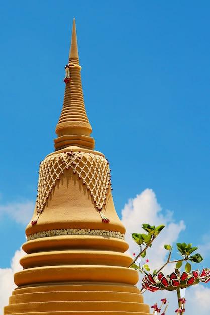Hohe sandpagode wurde sorgfältig gebaut und wunderschön in songkran festival und blauem himmel dekoriert Premium Fotos