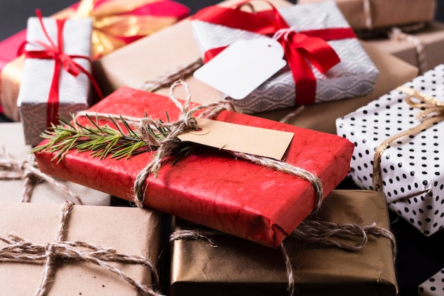 Hohe winkelanordnung für verschiedene bunte weihnachtsgeschenke Kostenlose Fotos