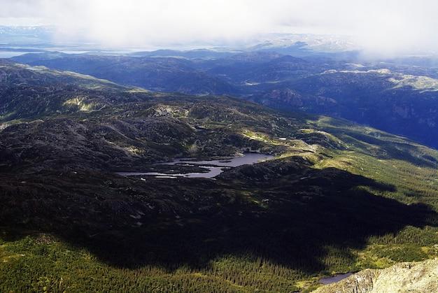 Hohe winkelansicht einer schönen landschaft in tuddal gaustatoppen, norwegen Kostenlose Fotos