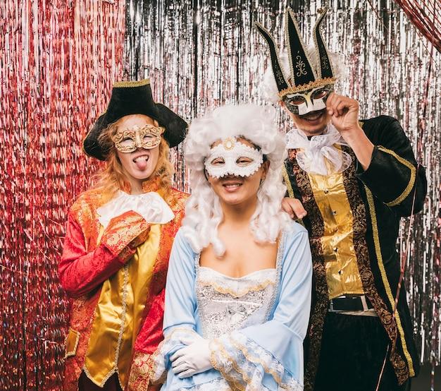 Hohe winkelgruppe freunde an der karnevalsparty Kostenlose Fotos