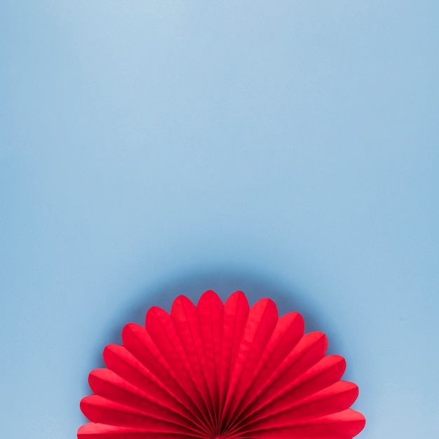 Hohe winkelsicht der roten schönen origamiblume auf blauem hintergrund Kostenlose Fotos