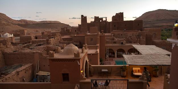 Hohe winkelsicht der terrasse eines hotels, kasbah ellouze, ouarzazate, marokko Premium Fotos