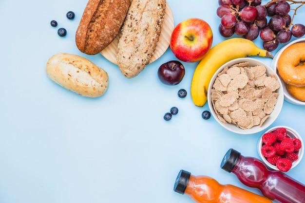 Hohe winkelsicht des gesunden frühstücks auf blauem hintergrund Kostenlose Fotos
