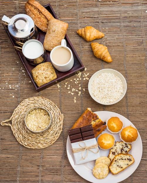 Hohe winkelsicht des gesunden frühstücks auf placemat Kostenlose Fotos