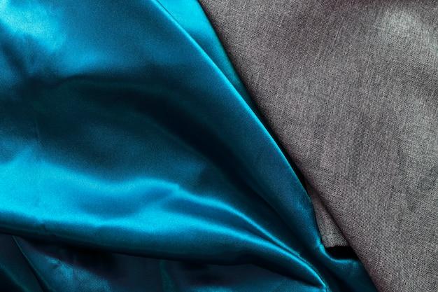 Hohe winkelsicht des schwarzen baumwolltuches und des satinblaus hängen Kostenlose Fotos