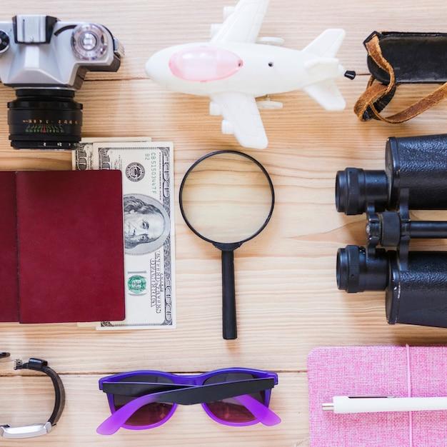 Hohe winkelsicht des verschiedenen reisendenzubehörs auf hölzernem hintergrund Kostenlose Fotos