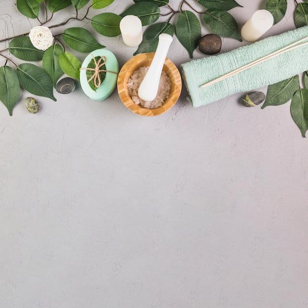 Hohe winkelsicht von badekurortprodukten auf grauem hintergrund Kostenlose Fotos