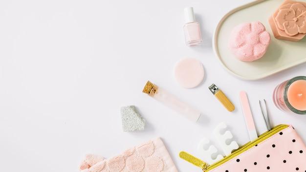 Hohe winkelsicht von badekurortprodukten auf weißem hintergrund Kostenlose Fotos