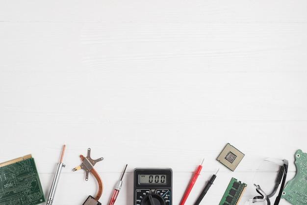 Hohe winkelsicht von computerteilen und -werkzeugen auf hölzernem hintergrund Kostenlose Fotos