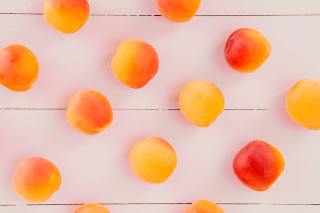 Hohe winkelsicht von frischen pfirsich trägt auf hölzernem schreibtisch früchte Kostenlose Fotos