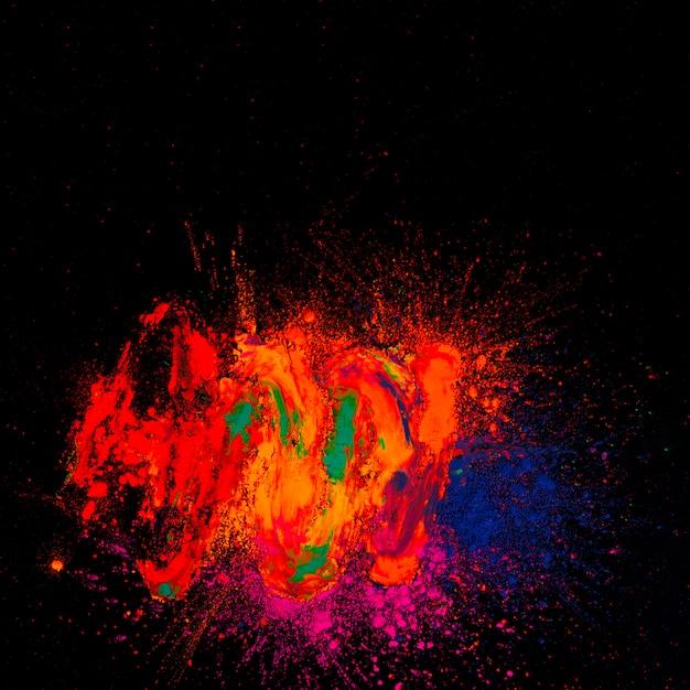 Hohe winkelsicht von hellem holi gefärbt vor schwarzem hintergrund Kostenlose Fotos