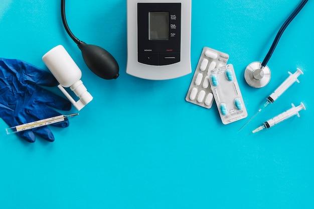 Hohe winkelsicht von medizinischen ausrüstungen auf blauer oberfläche Kostenlose Fotos