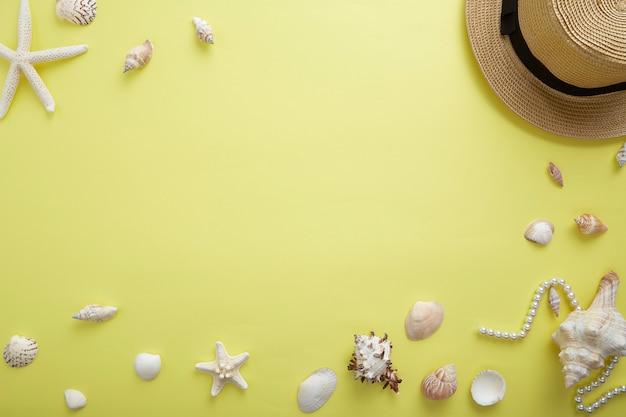 Hohe winkelsicht von muscheln durch ferngläser und schmuck über gelb Premium Fotos