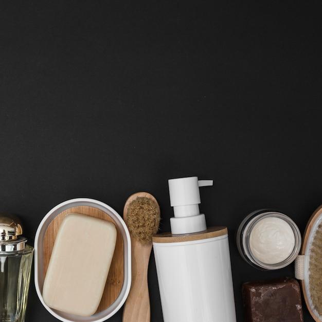 Hohe winkelsicht von verschiedenen badekurortprodukten auf schwarzem hintergrund Kostenlose Fotos