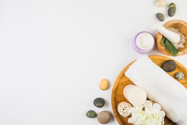 Hohe winkelsicht von verschiedenen badekurortprodukten auf weißem hintergrund Kostenlose Fotos