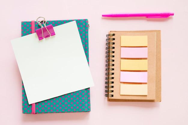 Hohe winkelsicht von verschiedenen schreibwaren auf rosa hintergrund Kostenlose Fotos