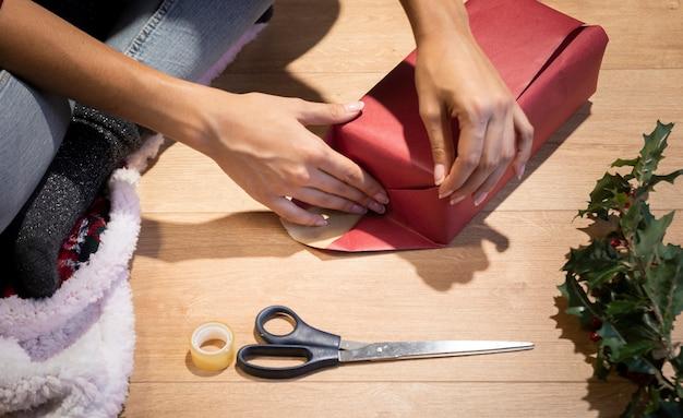 Hohe winkelverpackungsgeschenktradition auf weihnachten Kostenlose Fotos