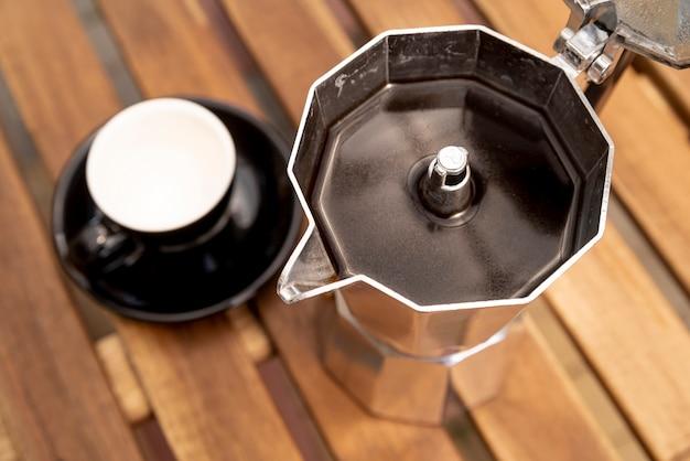 Hoher ansichtkaffeekessel auf tabelle Kostenlose Fotos